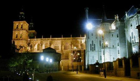 Vista nocturna de la Catedral y el Palacio Episcopal de Astorga