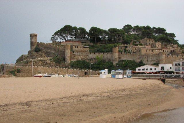 Tossa de Mar, la playa amurallada