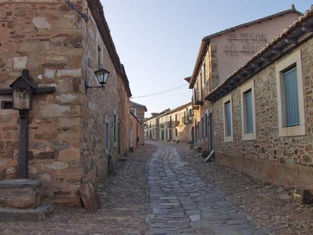 Una calle de Castrillo con el crucero