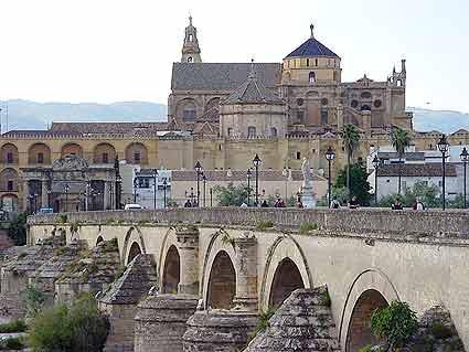 Mezquita de Córdoba tras el puente romano