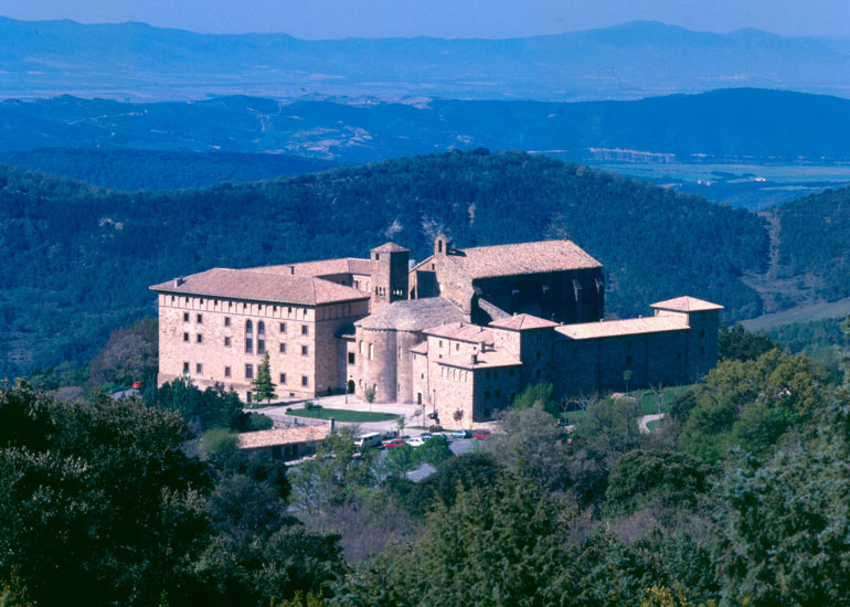 Monasterio de Leyre, ubicado a 50 km de Pamplona y 16 de Sang?esa, que le da nombre
