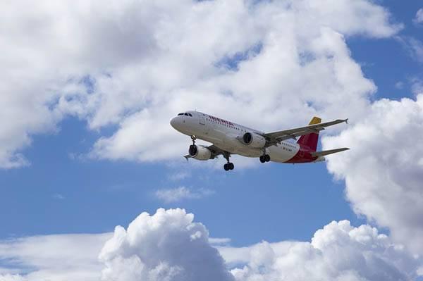 Avión en aeropuerto de Asturias