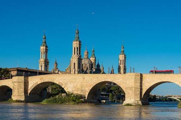 Puente de Piedra en Zaragoza con la Basílica