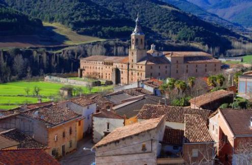 San Millán de la Cogolla, recogida entre sus dos monasterios