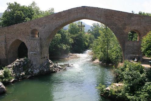 Cangas de Onís, Puerta de Covadonga y de los Picos de Europa