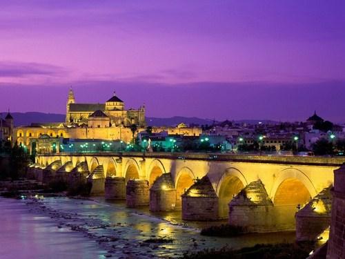 Córdoba de noche, desde el Guadalquivir