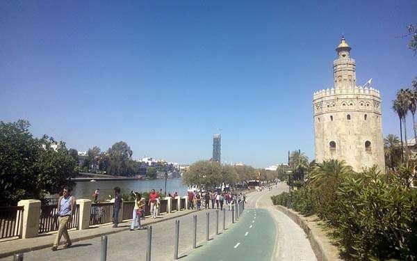 La Torre del Oro, a los pies del Guadalquivir